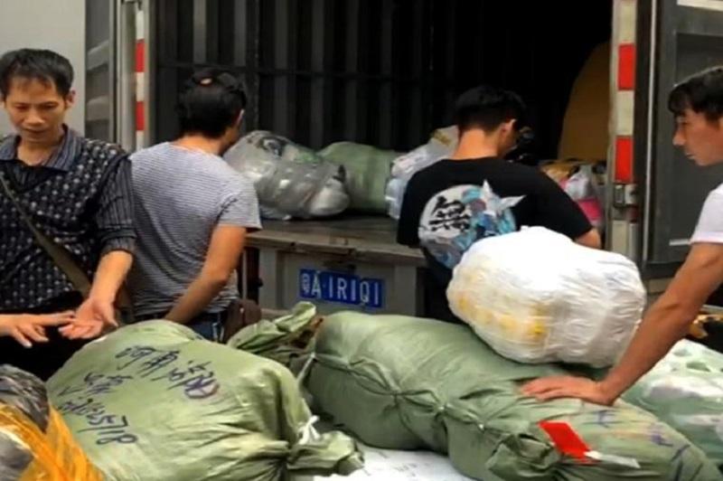 ichina đang gom hàng đóng bao rồi vận chuyển về việt nam cho các khách bán buôn tại Trung Quốc